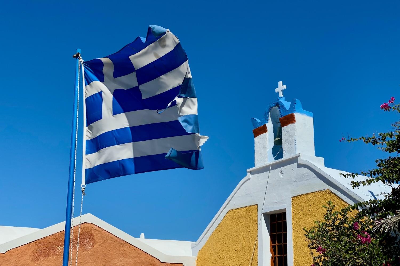 Zastava Grčke ispred jedne crkve na Santoriniju (Foto: