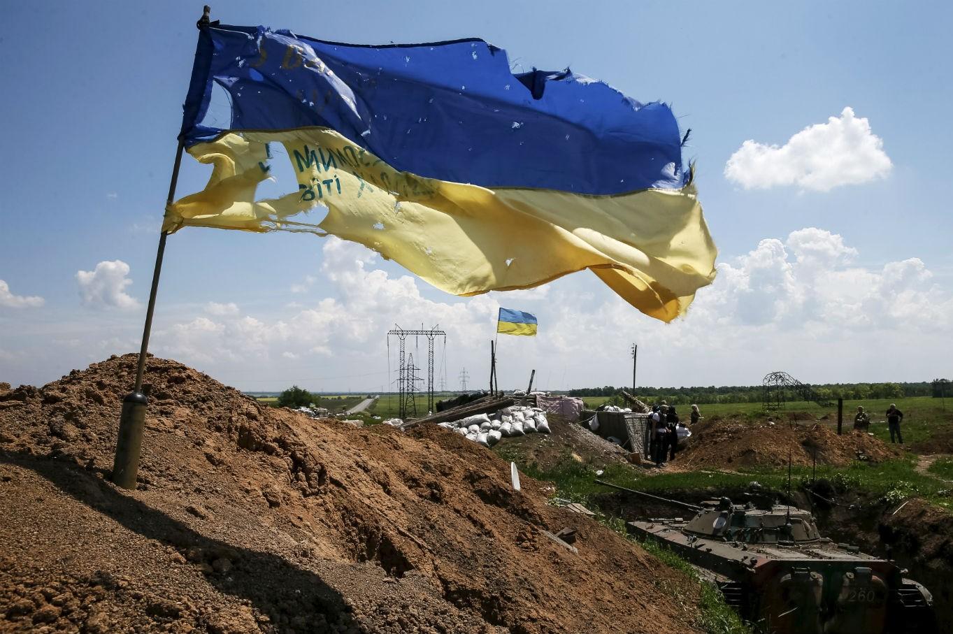 Zastava Ukrajine u blizini grada Marinka na istoku zemlje, 05. jun 2015. (Foto: Reuters/Gleb Garanich)