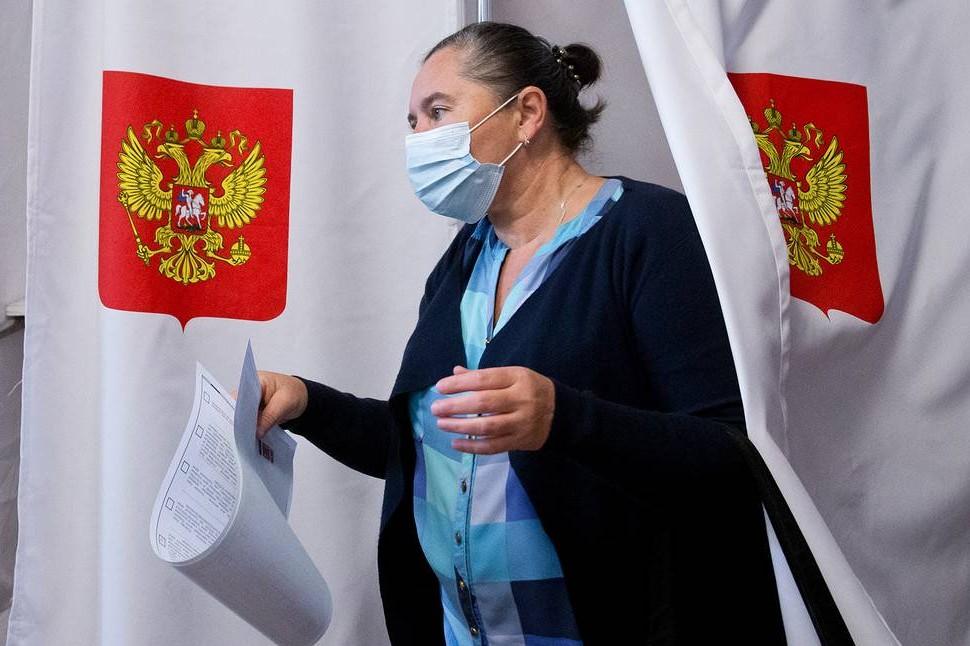 Žena prilikom glasanja na izborima u Rusiji, 17. septembar 2021. (Foto: Sergei Malgavko/TASS)