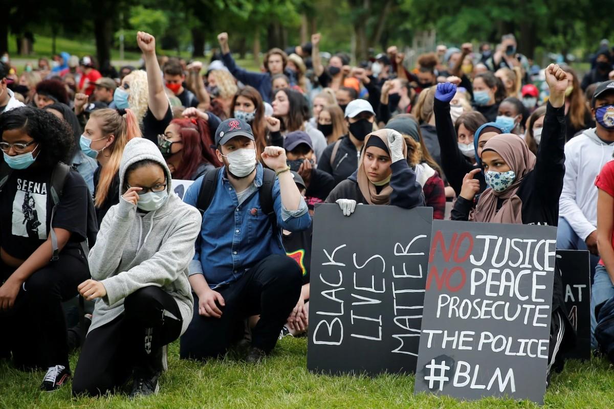 """Pripadnici pokreta """"Crni životi su važni"""" kleče na jednom kolenu tokom protesta u Takomi (Vašington), 05. jun 2020. (Foto: Reuters/Lindsey Wasson)"""