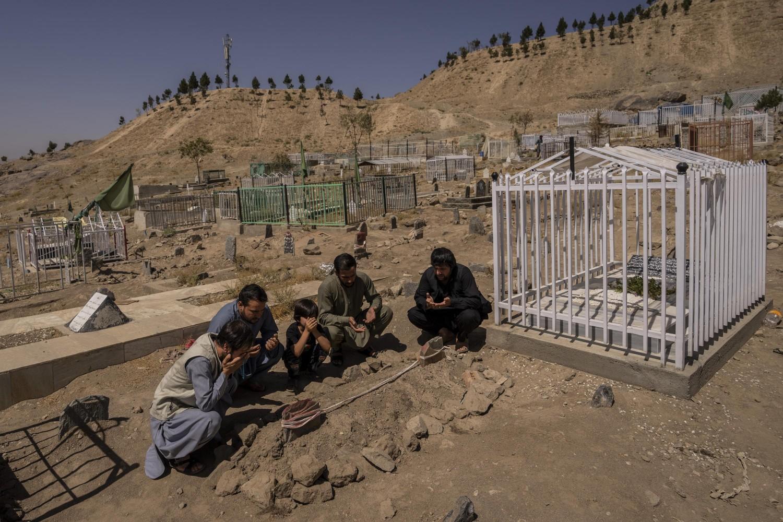 Članovi porodice Avganistanca ubijenog u napadu američkih dronova tokom molitve na groblju, Kabul, 13. septembar 2021. (Foto: AP Photo/Bernat Armangue)