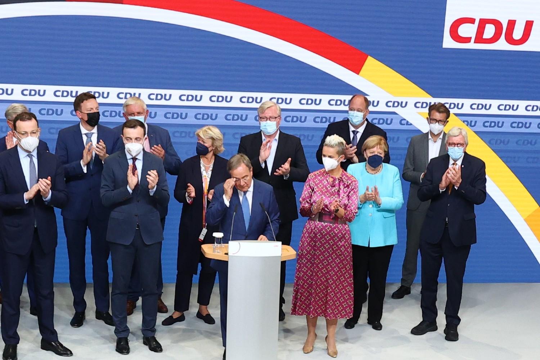 Lider Hrišćansko-demokratske unije (CDU) i kandidat za kancelara Armin Lašet, kancelarka Angela Merkel i drugi stranački lideri tokom konferencije za medije na dan izbora, Berlin, 26. septembar 2021. (Foto: Reuters/Fabrizio Bensch)