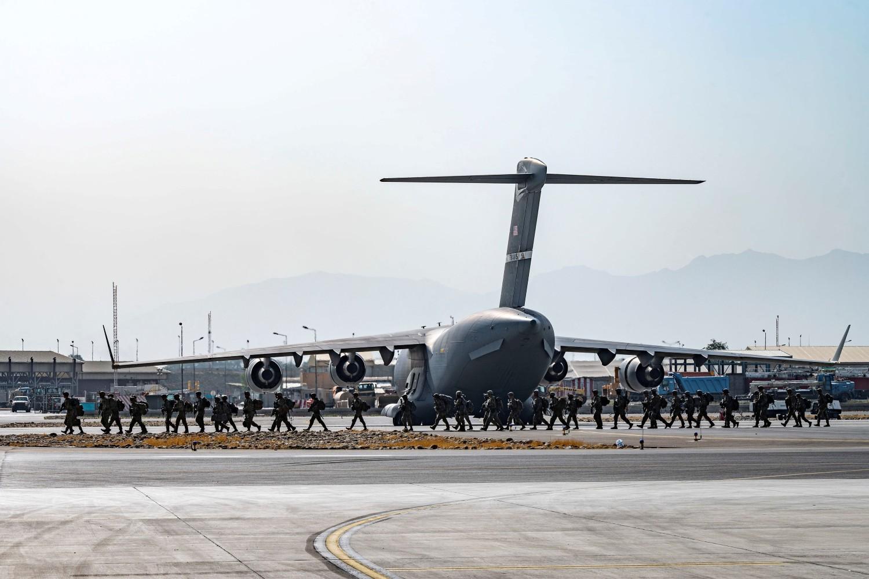 Američki vojnici, pripadnici 82. vazdušno-desantne divizije, tokom obezbeđivanja evakuacije saveznika iz Avganistana na međunarodnom aerodromu Hamid Karzai, Kabul, 20. avgust 2021. (Foto: Senior Airman Taylor Crul/U.S. Air Force/Handout via Reuters)
