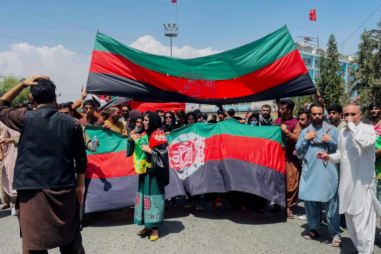 Avganistanci sa nacionalnim zastavama tokom protesta prilikom obeležavanja Dana nezavisnosti, Kabul, 19. avgust 2021. (Foto: Reuters/Stringer)