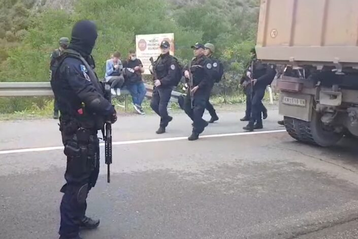 Haos na KiM: ROSU na severu, počelo oduzimanje tablica, bačen suzavac na Srbe