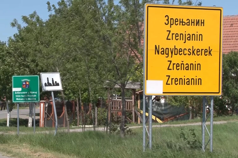 Saobraćajna tabla sa natpisima Zrenjanina na ćirilici i latinici (Foto: Snimak ekrana/Jutjub/ RTV Santos Zrenjanin)