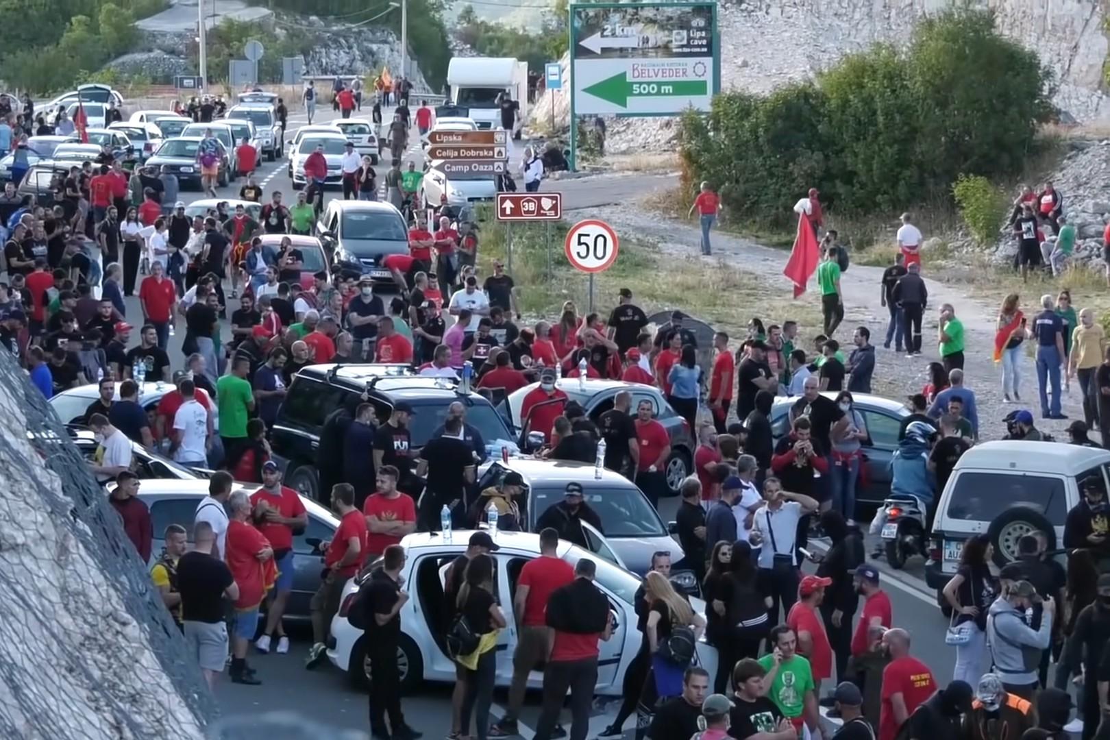 Protivnici ustoličenja mitropolita Joanikija tokom blokade puta na Cetinju, 05. septembar 2021. (Foto: Snimak ekrana/Jutjub/MediaBiro)