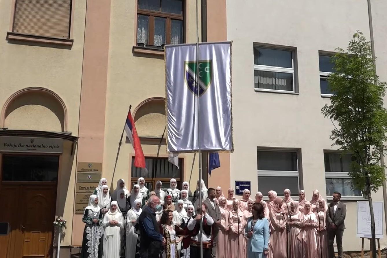 Svečano podizanje bošnjačke nacionalne zastave ispred zgrade Bošnjačkog nacionalnog vijeća, Novi Pazar, 11. maj 2021. (Foto: Snimak ekrana/Jutjub/Bošnjačko nacionalno vijeće)