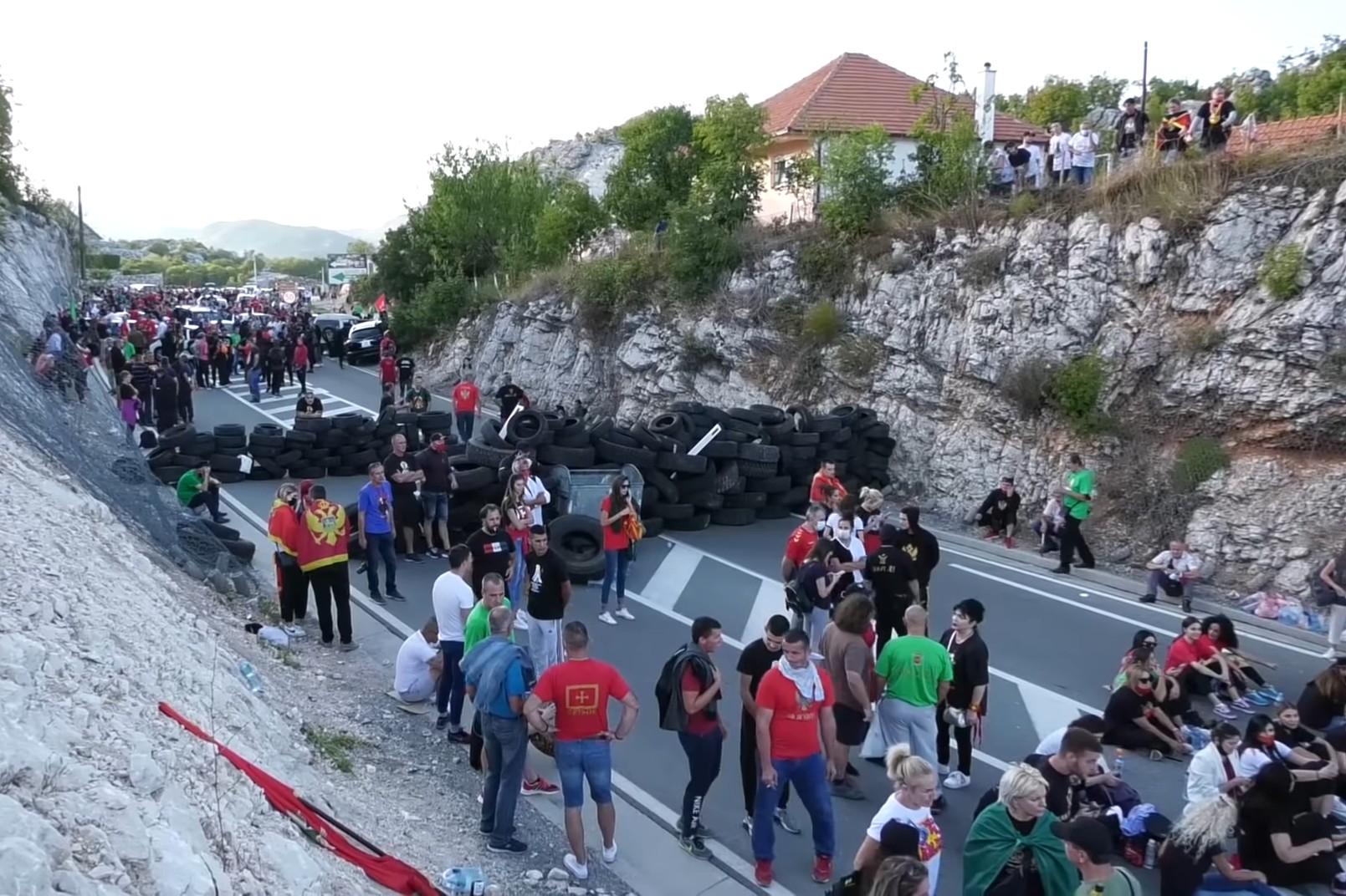 Protivnici ustoličenja mitropolita Joanikija, tzv. komite, prilikom blokade puta u Cetinju, 04. septembar 2021. (Foto: Snimak ekrana/Jutjub/MediaBiro)