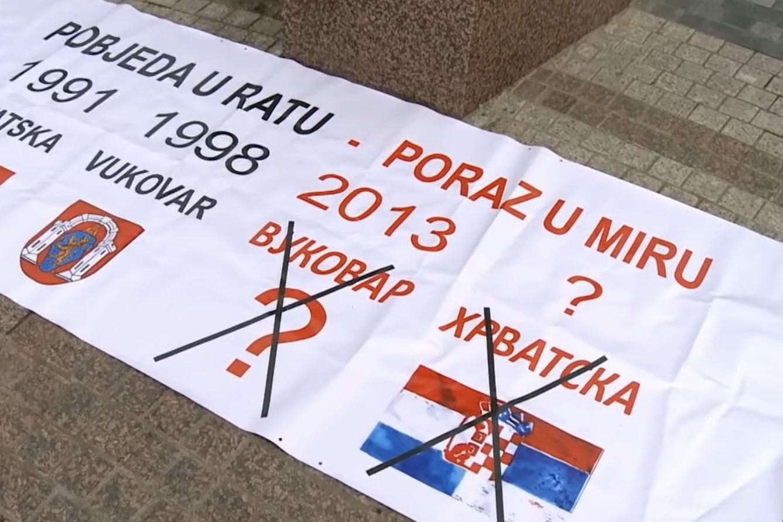 Transparent protiv ćirilice u Vukovaru viđen na jednom protestu 2013. godine (Foto: Snimak ekrana/Jutjub/Al Jazeera Balkans)