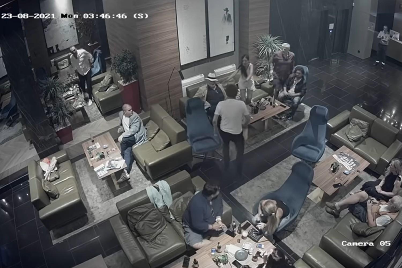 Trenutak napada Dragana Bjelogrlića na Predraga Antonijevića u niškom hotelu Ambasador, 23. avgust 2021. (Foto: Snimak ekrana/Jutjub/Objektiv TV)
