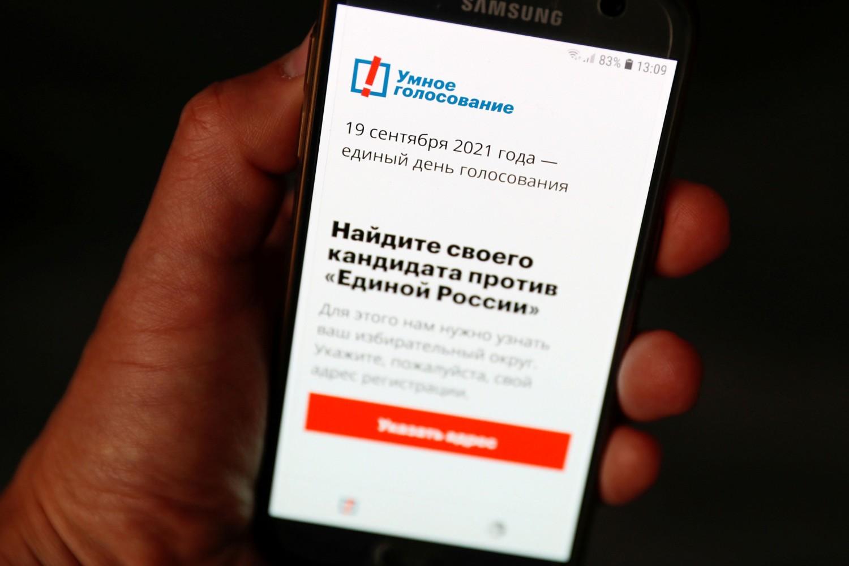 """Aplikacija """"Pametno glasanje"""" na ekranu mobilnog telefona, Moskva, 16. septembar 2021. (Foto: Reuters/Shamil Zhumatov)"""