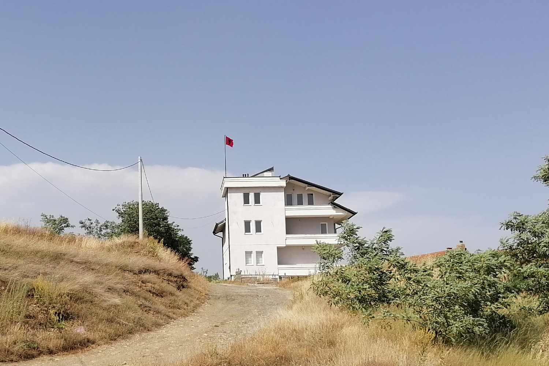 Albanska kuća sa zastavom i spuštenim roletnama u okolini Velike Hoče (Foto: Radomir Jovanović/Novi Standard)