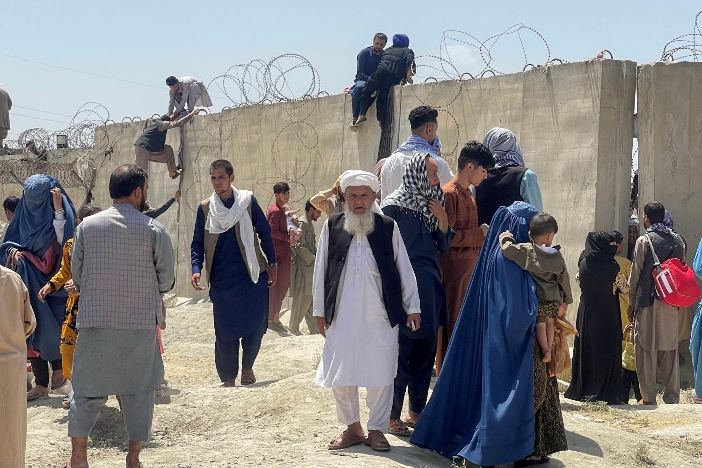 Avganistanci u pokušaju da se domognu međunarodnog aerodroma Hamid Karzai u Kabulu, 16. avgust 2021. (Foto: Reuters/Stringer)