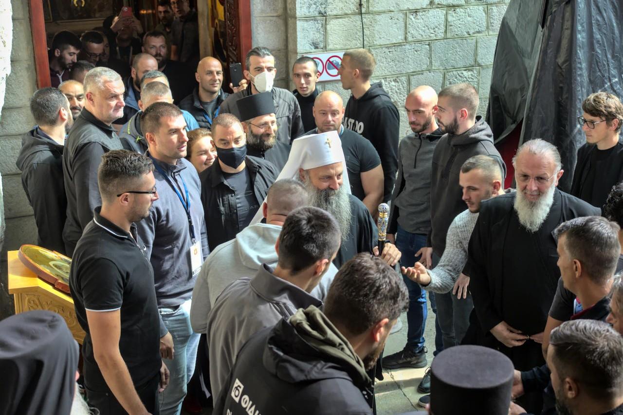 Patrijarh Porfirije u pratnji obezbeđenja prilikom dolaska na ustoličenje mitropolita Joanikija u Cetinjskom manastiru, 05. septembar 2021. (Foto: brat Jovan/mitropolija.com)