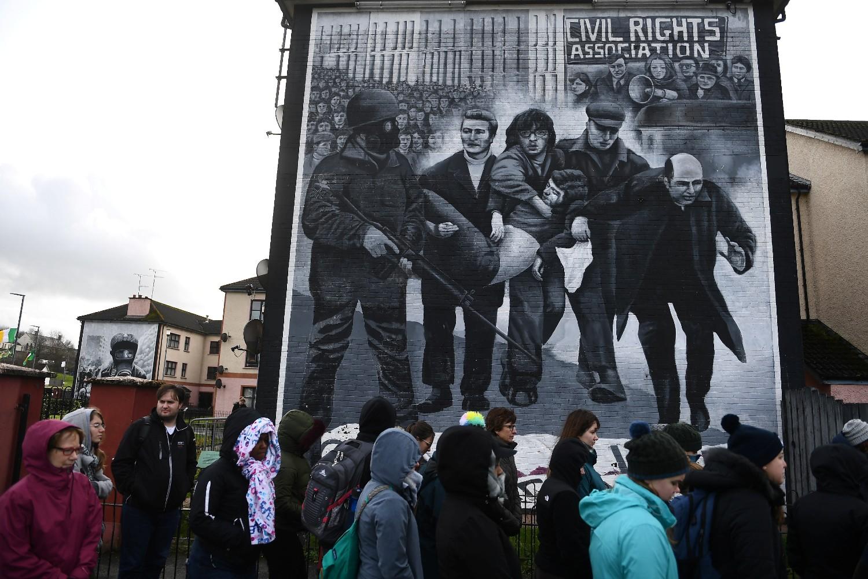 Turisti ispred murala koji prikazuje događaje tokom Krvave nedelje, Londonderi (Severna Irska), 14. mart 2019. (Foto: Reuters/Clodagh Kilcoyne)