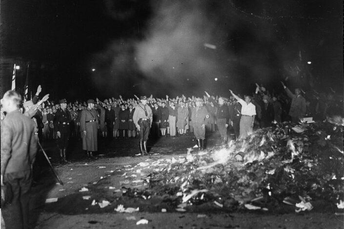 Liberalna inkvizicija – u Kanadi javno spaljeno 4.700 knjiga