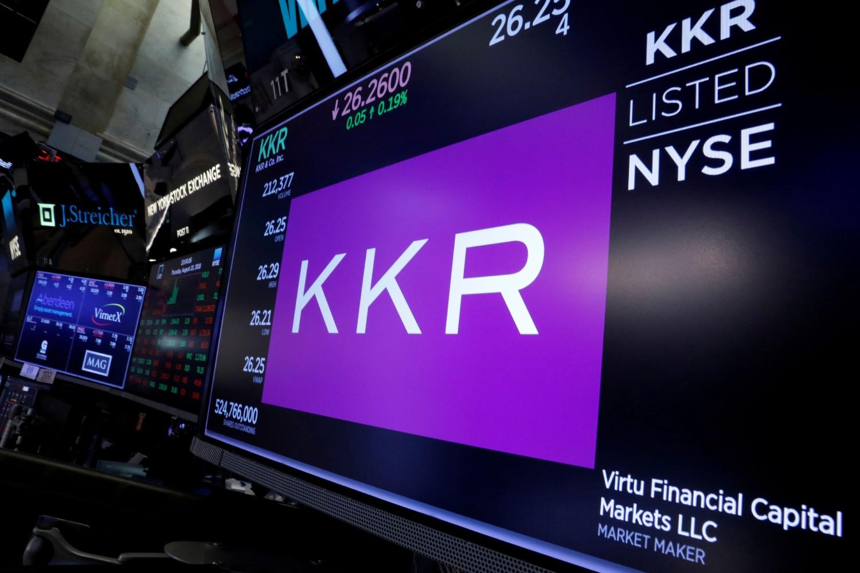 Logo KKR grupe prikazan na monitoru unutar Njujorške berze, 23. avgust 2018. (Foto: Reuters/Brendan McDermid)