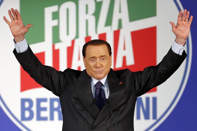 Lider stranke Napred, Italijo (Forza Italia) Silivo Berluskoni pozdravlja svoje pristalice tokom govora na stranačkom mitingu u Milanu, 23. maj 2014. (Foto: Reuters/Alessandro Garofalo)